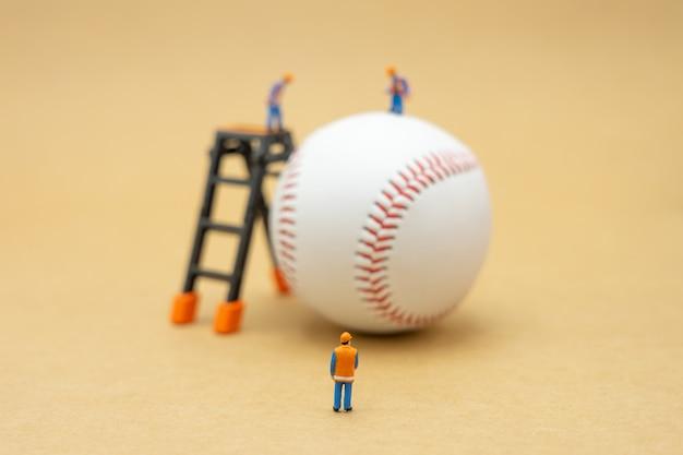 Miniatura pracownika budowlanego z baseballem