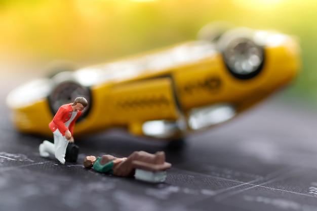 Miniatura ratownictwa medycznego, aby pomóc ludziom w wypadku samochodowym.