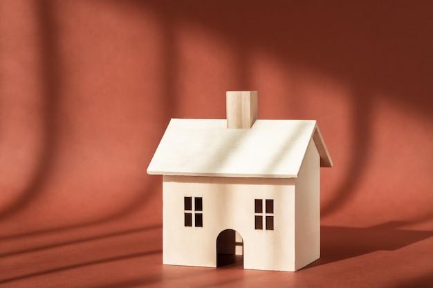 Miniaturowa budowa domu drewnianego