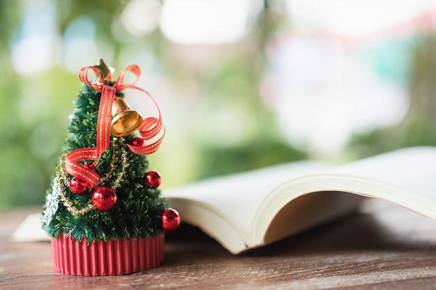 Miniaturowa choinka świętuj boże narodzenie