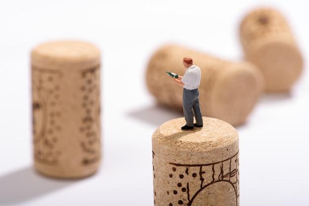 Miniaturowa postać sommeliera lub eksperta od wina