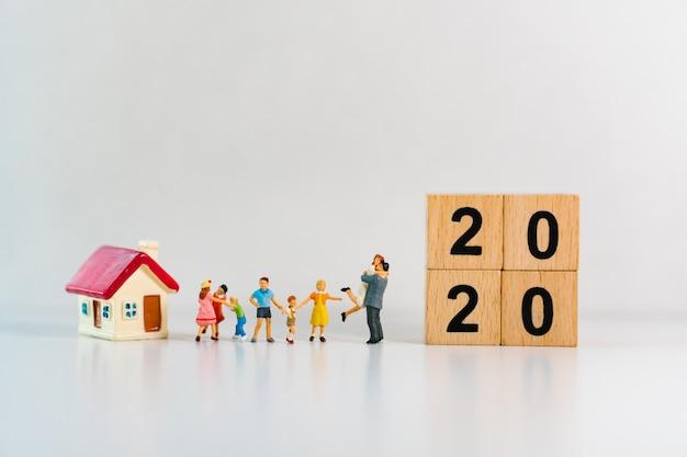 Miniaturowa stojąca rodzina z mini domkiem i 2020 drewnianymi klockami