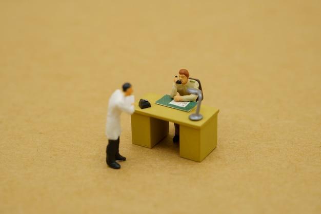 Miniaturowa zabawka lekarzy i urzędników państwowych