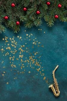Miniaturowa złota saksofonowa kopia z świątecznym wystrojem i brokatem.