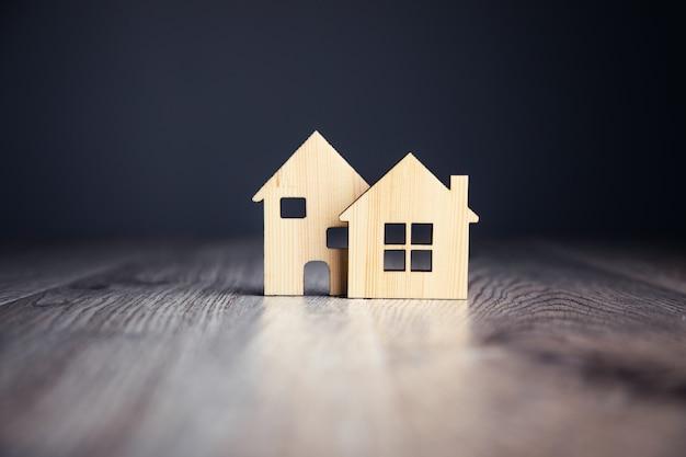 Miniaturowe drewniane domki na stole