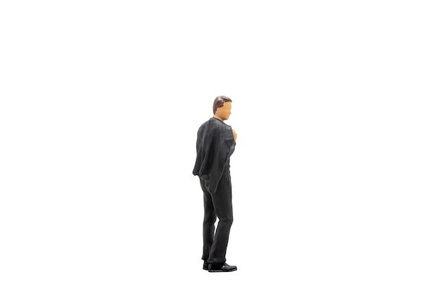 Miniaturowe ludzie biznesmen stojący na białym tle na białym tle ze ścieżką przycinającą