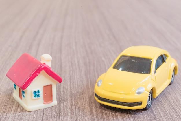 Miniaturowe modele domów i samochodów