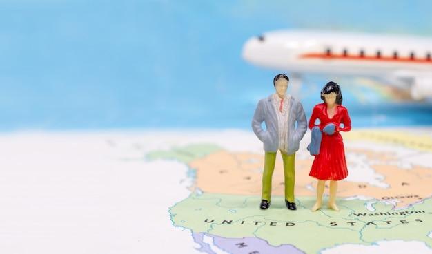 Miniaturowe osoby, para stojąca na mapie amerykańskiej