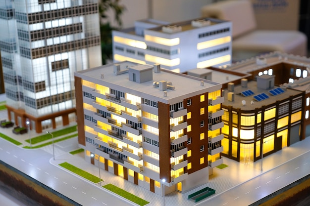 Miniaturowe wielokolorowe domy miejskie. abstrakcyjny krajobraz urbanistyczny, uproszczony układ miasta z wieżowcami, wieżowce z wieloma oknami