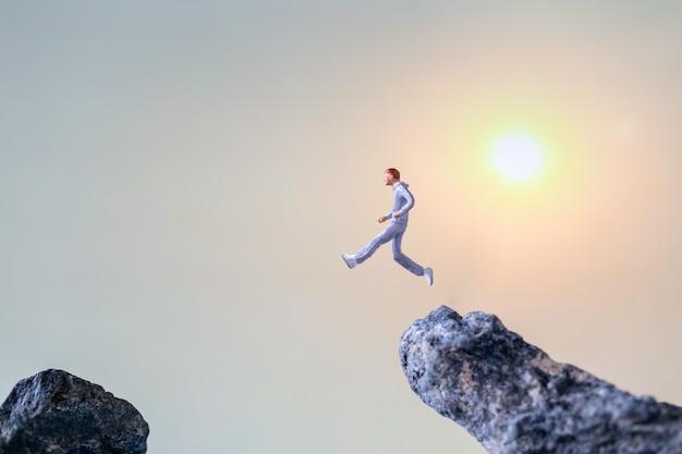 Miniaturowi ludzie: bieganie po skalnym klifie, zdrowie i styl życia