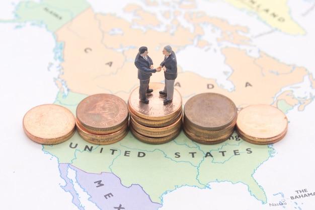 Miniaturowi ludzie, biznesmen pozycja na mapie amerykanin