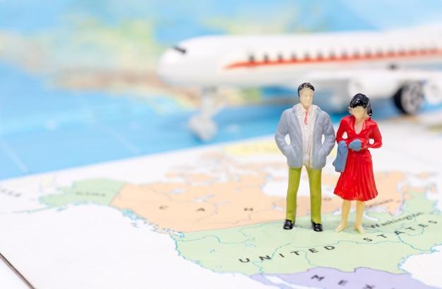 Miniaturowi ludzie, para stoi na mapie amerykanin