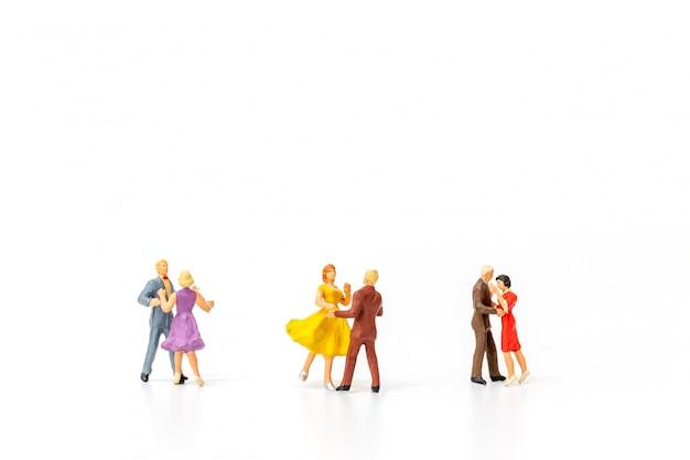 Miniaturowi ludzie, para taniec na białym tle