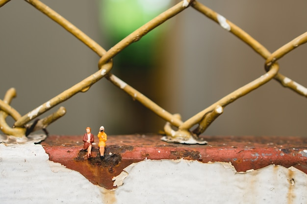Miniaturowi ludzie, pary kobiety obsiadanie używać dla biznesowego działu zasobów ludzkich pojęcia