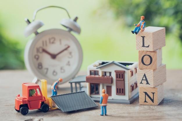 Miniaturowi ludzie pracownik budowlany