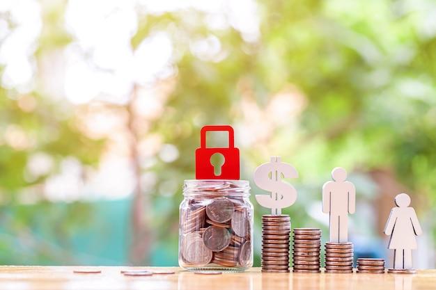 Miniaturowi ludzie szczęśliwa para na ułożonej koncepcji bankowania i oszczędzania monet