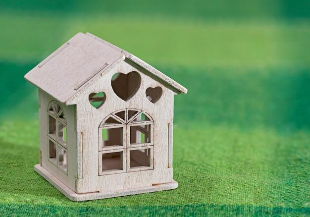 Miniaturowy biały model domu zabawki