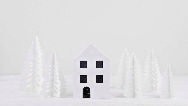 Miniaturowy dom z papierowymi drzewami