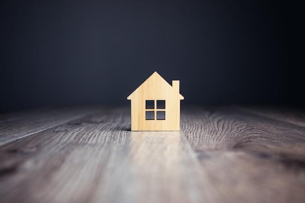 Miniaturowy drewniany domek na stole