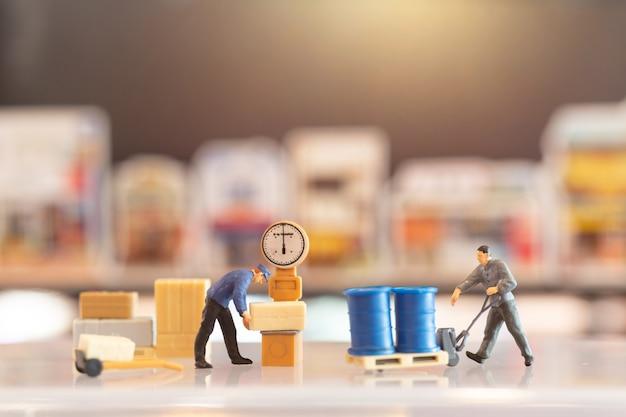 Miniaturowy listonosz dyżurny, przygotowuje się do wysłania paczki do konsumenta. usługa dostawy dla koncepcji e-commerce