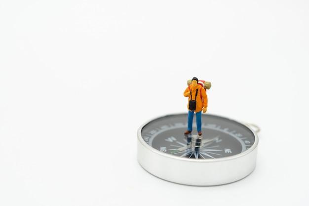 Miniaturowy mężczyzna stoi na chodniku początek podróży aby dotrzeć do celu.