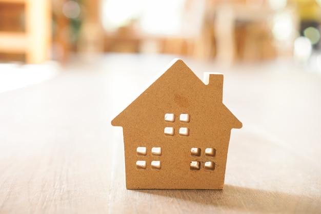 Miniaturowy model drewnianego domu na drewnie