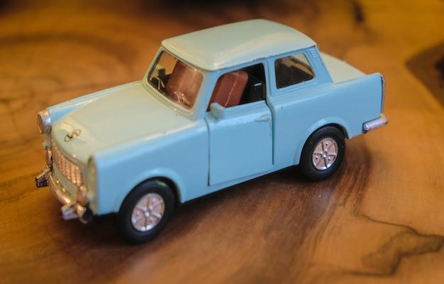 Miniaturowy model starego samochodu z lat 50-tych