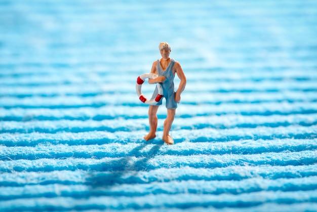 Miniaturowy ratownik niosący pierścień życia