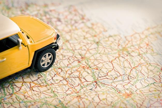 Miniaturowy samochód suv na mapie