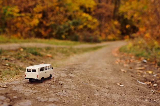 Miniaturowy samochodzik minivan jeździ po drodze