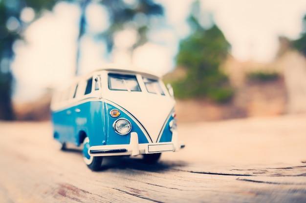 Miniaturowy vintage van na drodze wiejskiej. nastrojony ton tonu