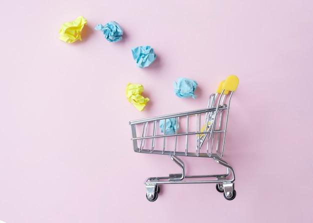 Miniaturowy wózek na różowym tle, koncepcja biznesowa