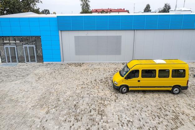 Minibus na parkingu supermarketu