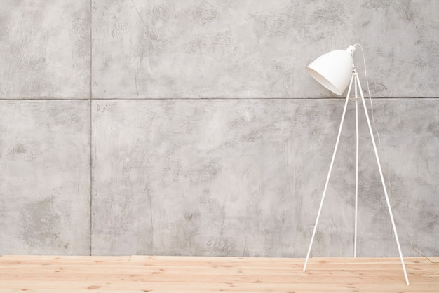 Minimalistyczna biała lampa podłogowa z betonowymi panelami