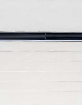 Minimalistyczna biała ściana wewnętrzna z otworem wentylacyjnym