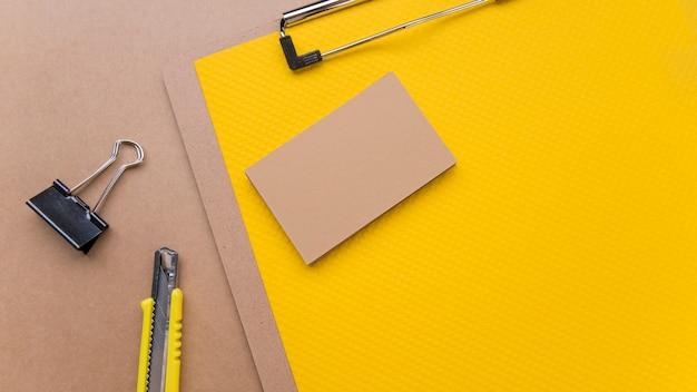 Minimalistyczna drewniana wizytówka i nóż