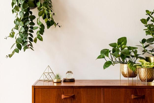 Minimalistyczna i stylowa koncepcja ramki plakatowej makiety z meblami retro, wiszącą rośliną, lampą stołową, dekoracją i eleganckimi dodatkami. białe ściany. szablon.