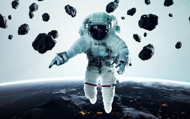 Minimalistyczna ilustracja science fiction astronauty. ludzie w kosmosie. elementy tego zdjęcia dostarczone przez nasa