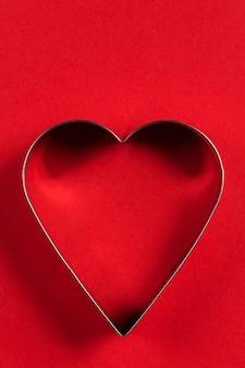 Minimalistyczna kartka okolicznościowa na walentynki, foremki do ciastek w kształcie serca z pięknymi cieniami, układanie płaskie