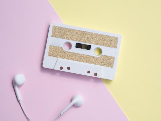 Minimalistyczna kaseta magnetofonowa ze słuchawkami