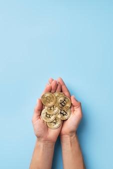 Minimalistyczna kompozycja martwej natury z kryptowalutą
