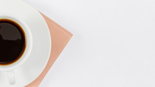 Minimalistyczna kompozycja na biurku z filiżanką kawy