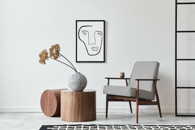 Minimalistyczna kompozycja salonu z designerskim fotelem, drewnianym stołkiem, suszonym kwiatem, czarną makietową ramą plakatową i osobistymi akcesoriami w nowoczesnym wystroju domu. biała ściana. szablon.