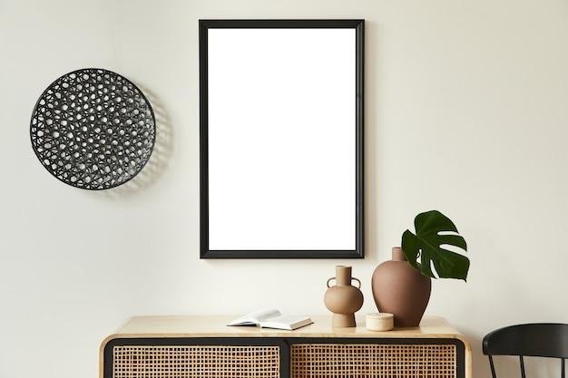 Minimalistyczna kompozycja wnętrza salonu z czarną makietową mapą plakatową, drewnianą komodą, czarną okrągłą dekoracją, liśćmi w wazonach i eleganckimi dodatkami osobistymi. szablon.