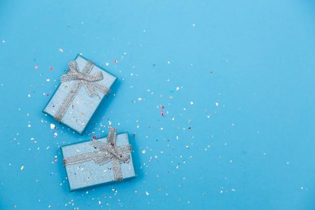 Minimalistyczna koncepcja pastel blu z pięknie zapakowanym prezentem