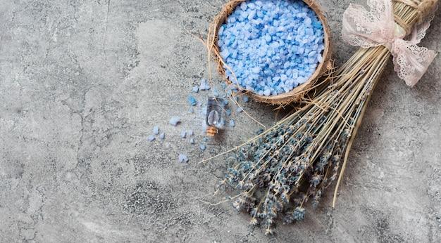 Minimalistyczna koncepcja spa sól do kąpieli i lawenda