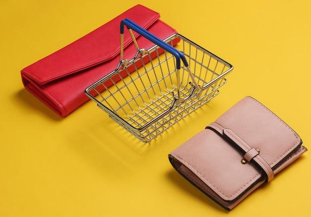 Minimalistyczna koncepcja zakupów mini kosz na zakupy i dwa portfele