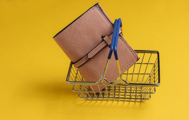 Minimalistyczna koncepcja zakupów mini kosz na zakupy i skórzany portfel