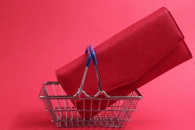 Minimalistyczna koncepcja zakupów mini koszyk na zakupy i czerwony skórzany portfel