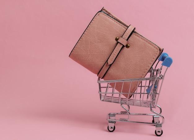 Minimalistyczna koncepcja zakupów mini wózek na zakupy z portfelem